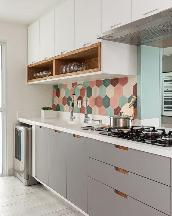 Armário de cozinha pequeno com revestimento colorido