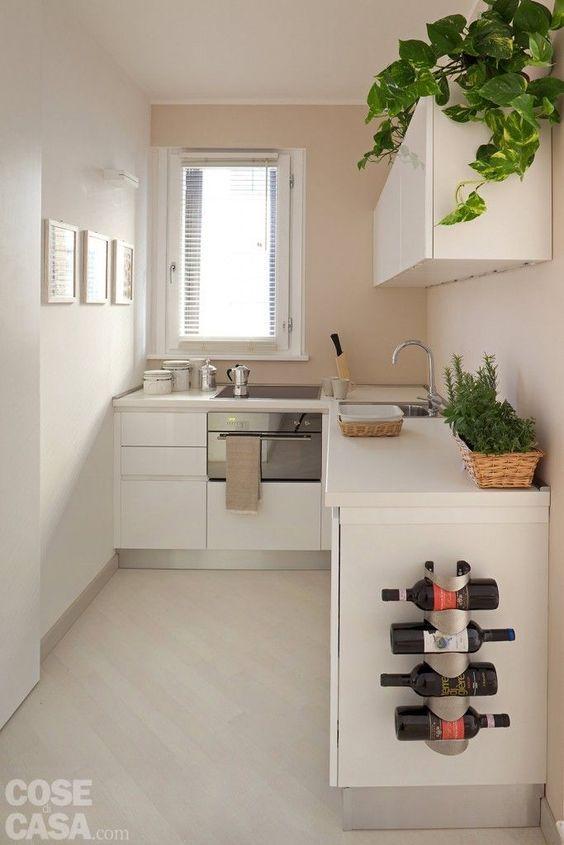 Armário de cozinha branco, decorado com plantas
