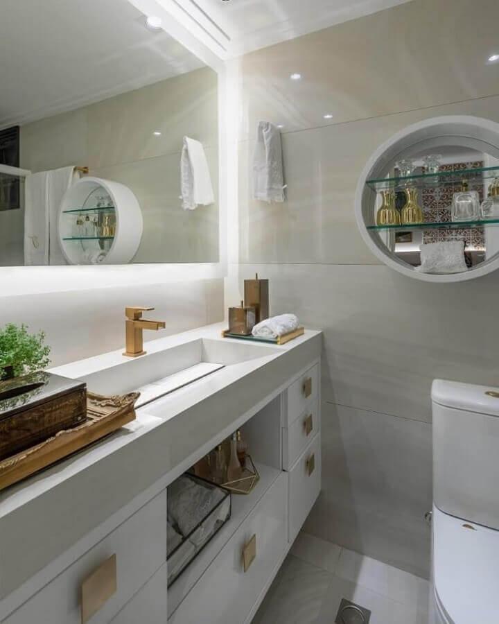 bancada de banheiro com cuba esculpida e torneira dourada Foto Aila Fonseca e Ana Burity