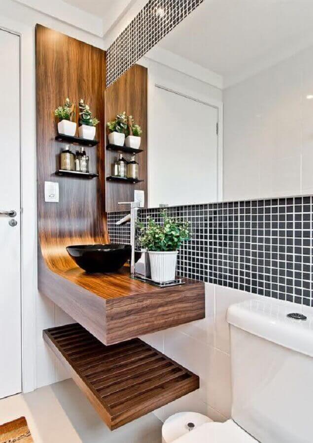 bancada de madeira para banheiro com cuba preta e pastilhas azuis marinho Foto Diycore