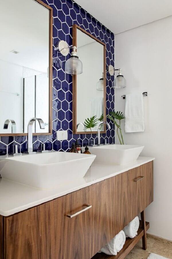 bancada de porcelanato para banheiro decorado com revestimento azul e gabinete de madeira Foto Casa de Valentina