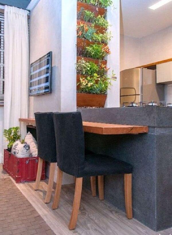 A bancada suspensa dessa cozinha é utilizada para as refeições