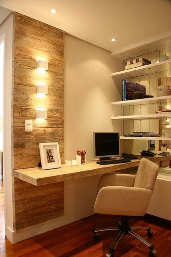 A bancada suspensa desse quarto serve de apoio para o computador e objetos decorativos