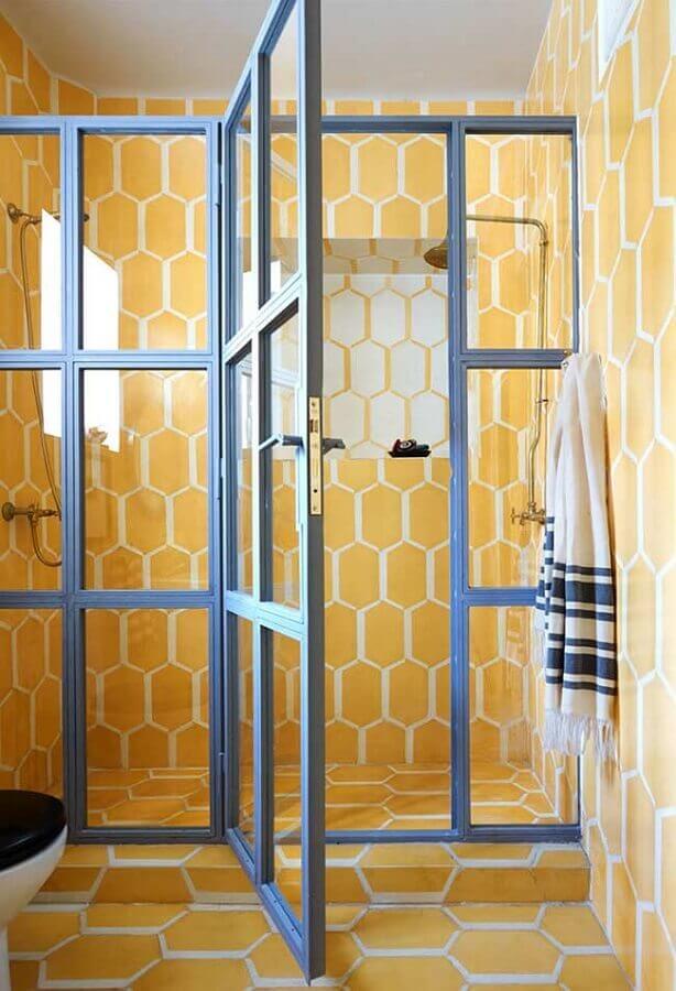 banheiro decorado com revestimento amarelo  Foto Yandex