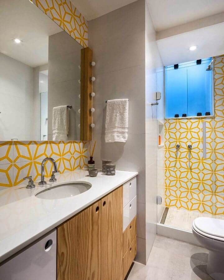 banheiro planejado decorado com revestimento amarelo e branco  Foto PKB Arquitetura