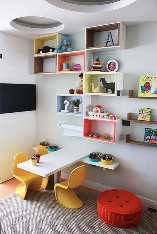 Brinquedoteca colorida com nichos e mesinha de atividades