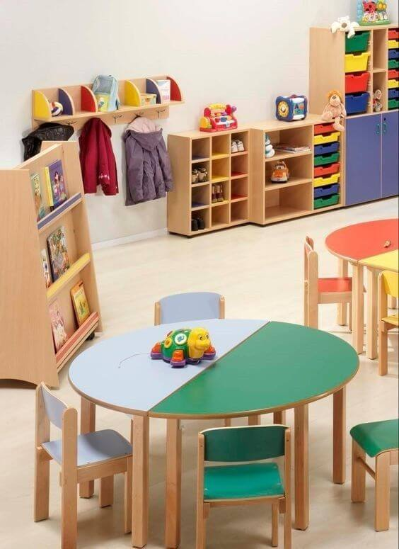 Brinquedoteca colorida de madeira para crianças