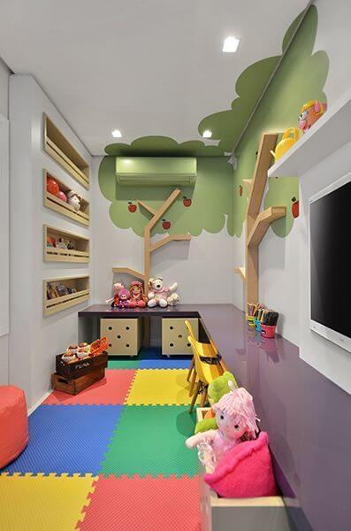 Brinquedoteca pequena colorida com tapete emborrachado
