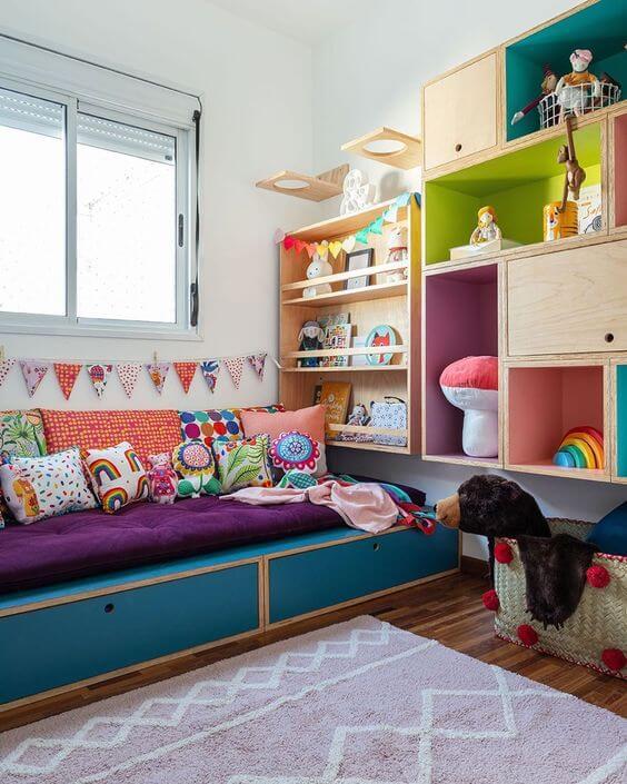 Brinquedoteca colorida e confortável no quarto