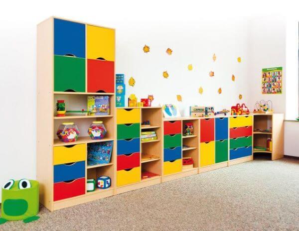 estante colorida no quarto infantil