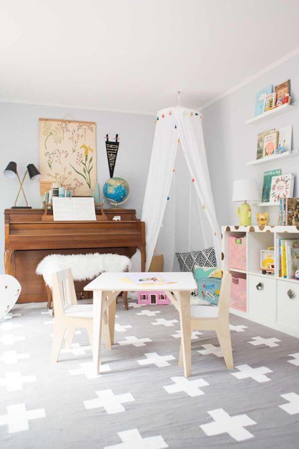 Mesa e cadeira na brinquedoteca