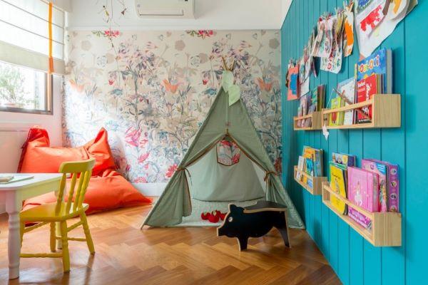 Brinquedoteca colorida com estante de livros