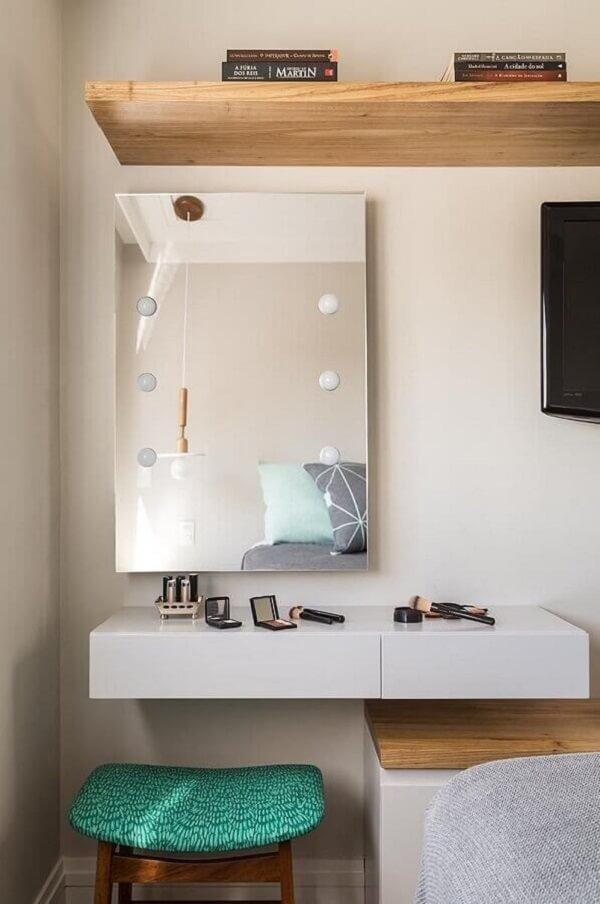 Instale um espelho acima da bancada suspensa e estruture um cantinho da maquiagem