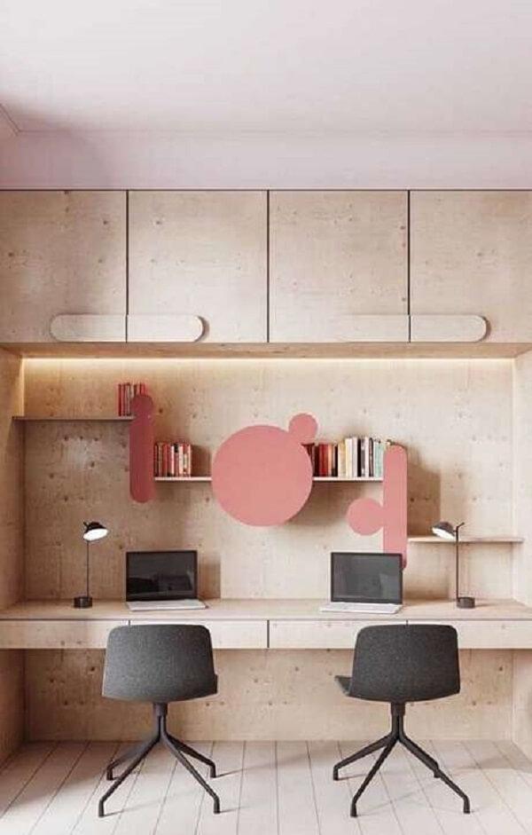 A prateleira criativa se destaca na decoração do escritório