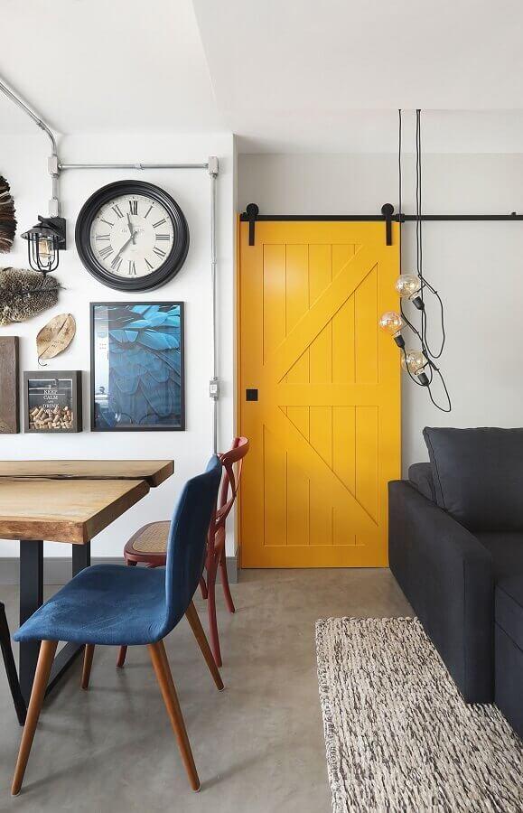 casa decorada com porta amarela  Foto Casa de Valentina