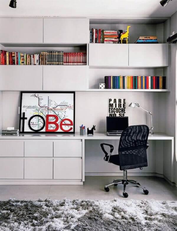 Escritório planejado com armários, nichos e prateleiras embutidas