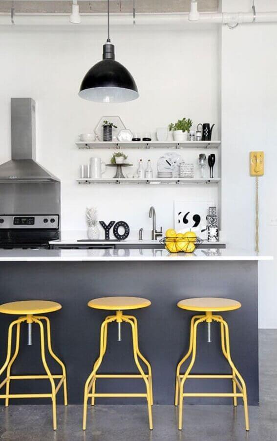 cozinha cinza moderna decorada com banquetas amarelas Foto Apartment Therapy