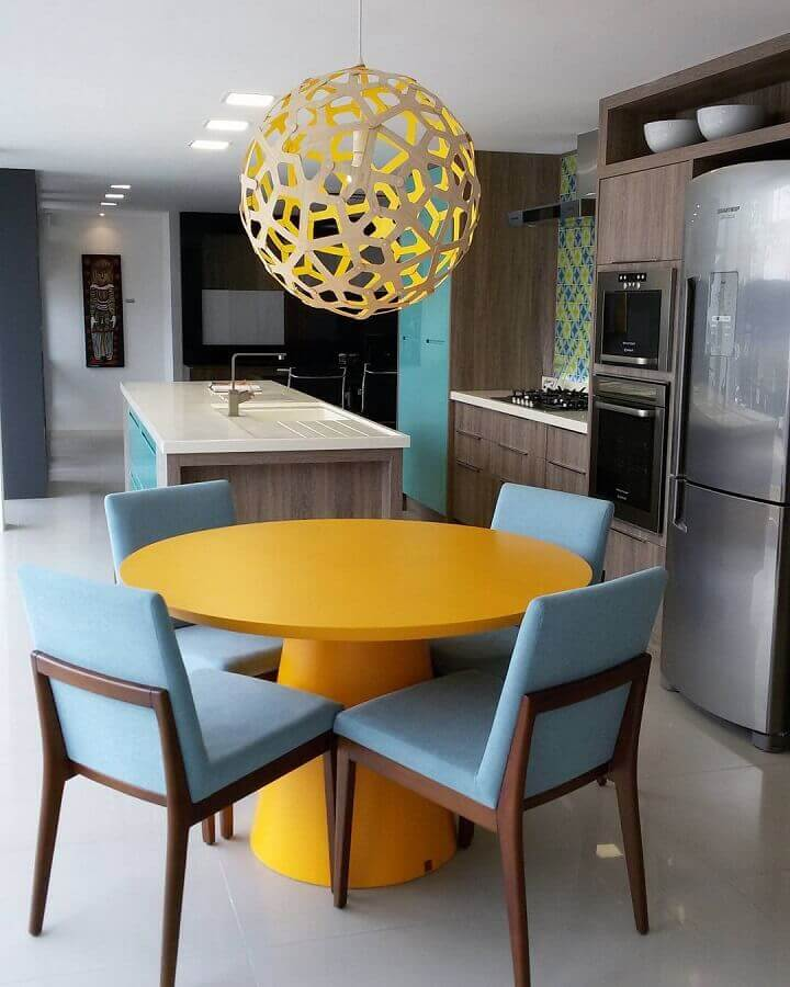 cozinha decorada com mesa redonda amarela e cadeiras azuis  Foto Karen Pedrosa