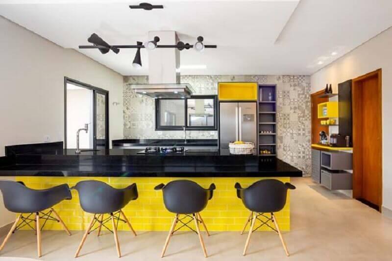 cozinha grande decorada em tons de amarelo e preto  Foto Andrea Petini