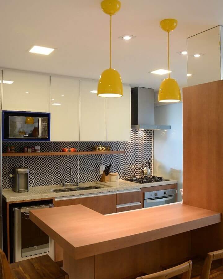 cozinha planejada pequena decorada com pendentes amarelos  Foto LR Arquitetura