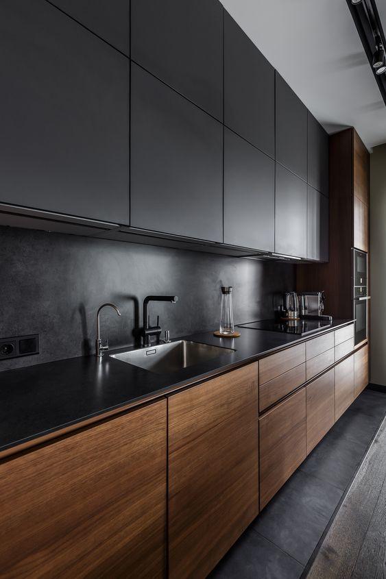 Cozinha de madeira e armários preto