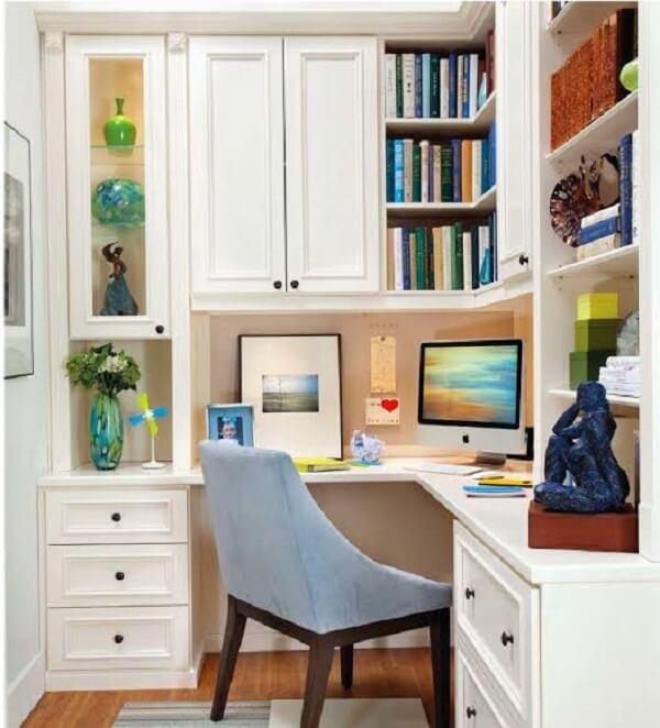 A mesa de escritório planejada com formato em l otimiza os espaços e a circulação de pessoas no cômodo