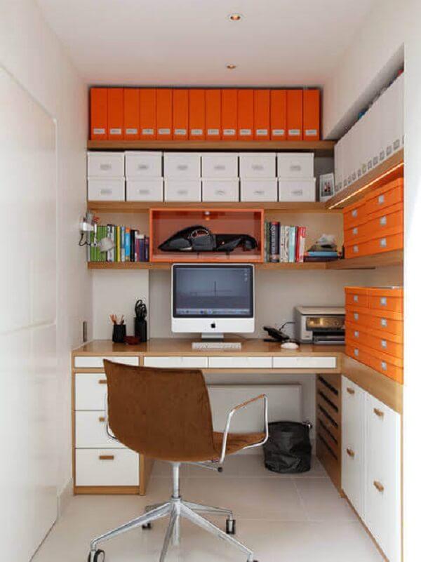 Utilize caixas coloridas para separar objetos e documentos dentro do escritório planejado