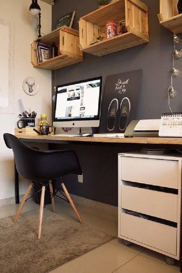 Utilize caixotes de madeira para compor a decoração do escritório planejado