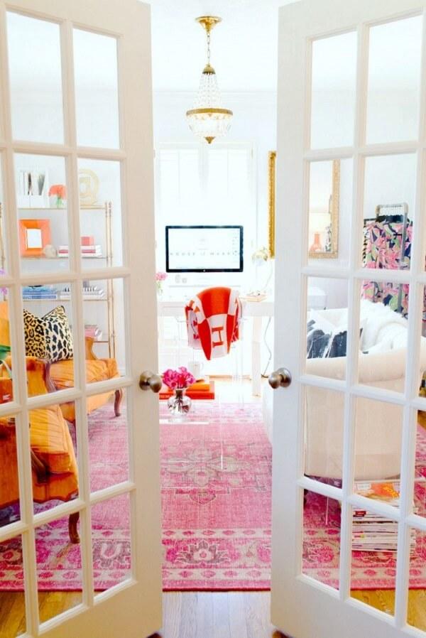 Decoração alegre e descontraída para sala de estar