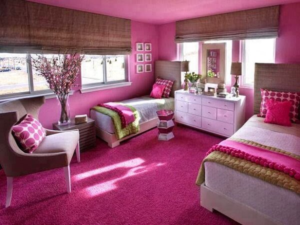Quarto compartilhado alegre com parede e carpete rosa