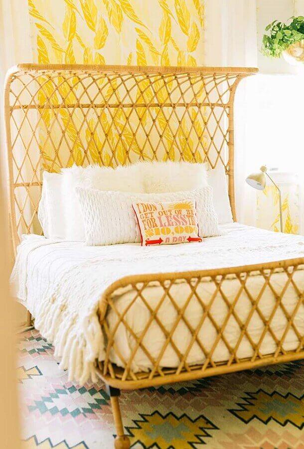 quarto simples decorado com tons de amarelo  Foto A Beautifull Mess