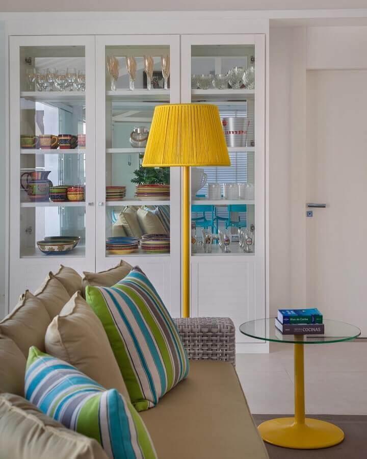 sala branca decorada com detalhes em tons de amarelo  Foto Babi Teixeira