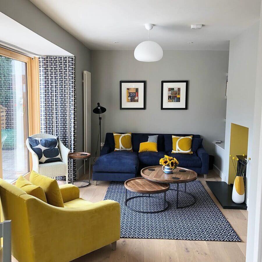 sala cinza decorada em tons de amarelo e azul  Foto Laura Gray Interiors