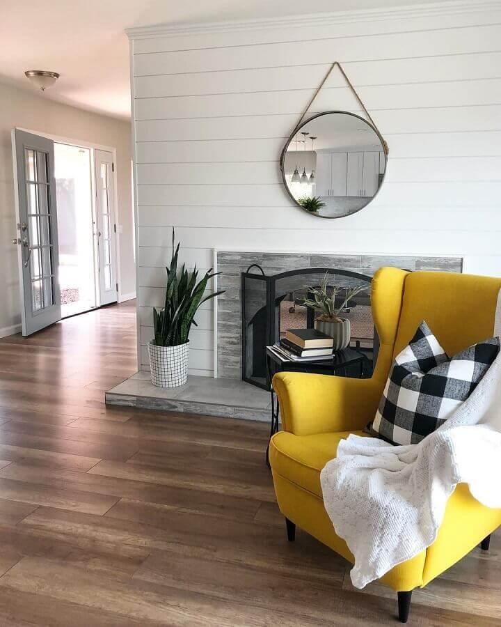 sala com lareira decorada com poltrona amarela Foto Maam and Sir Design