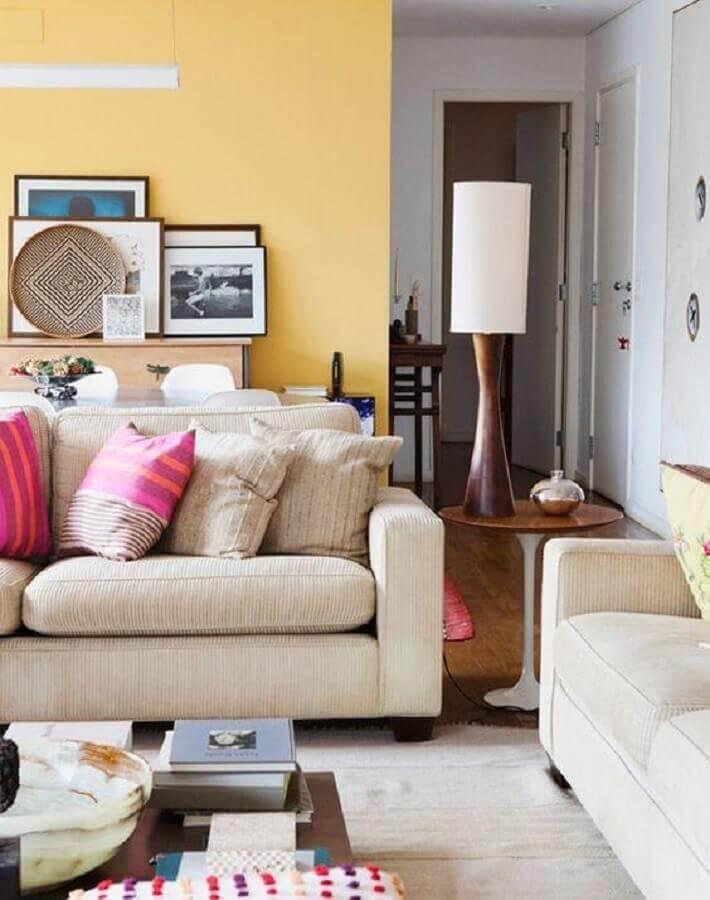 sala de estar decorada com parede pintada em tons de amarelo claro Foto Apartment Therapy