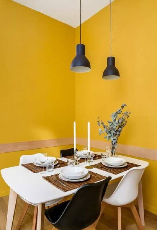 sala de jantar simples decorada com parede amarela  Foto Pinterest