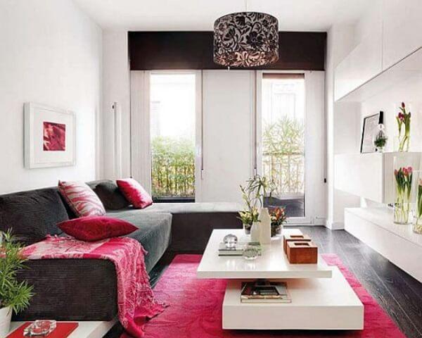 Sala de estar pequena com tapete retangular pink