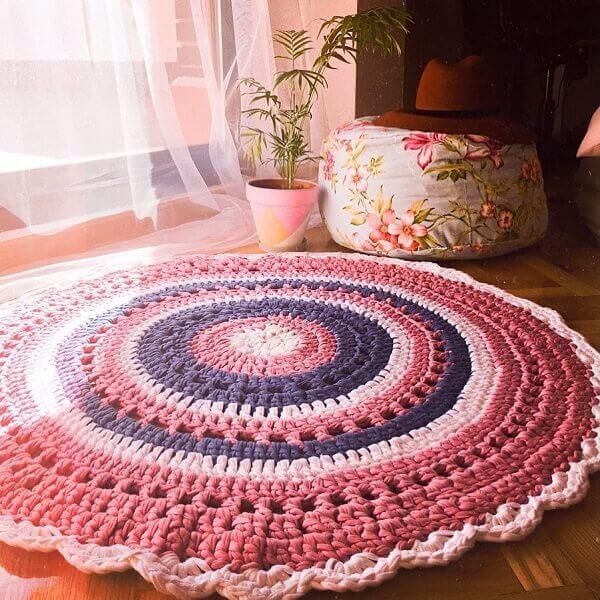 Tapete de crochê em tons de rosa e roxo