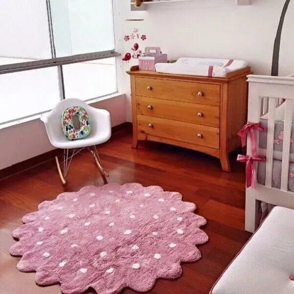 Quarto de bebê com tapete fofo em tons de rosa e branco