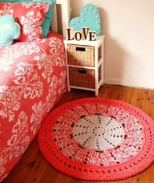 Quarto com tapete rosa de crochê redondo