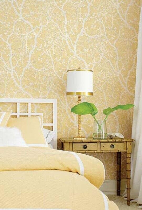 tons de amarelo claro para quarto decorado com criado mudo antigo Foto Houzz