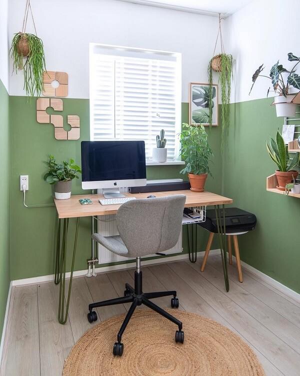 Utilize plantas para compor a decoração do escritório planejado pequeno