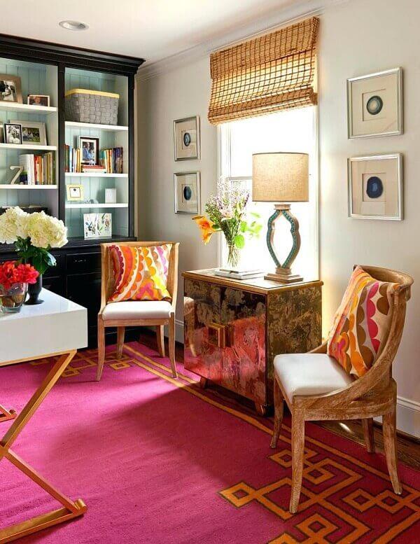 Ambiente descontraído com cadeiras de madeira e tapete rosa pink
