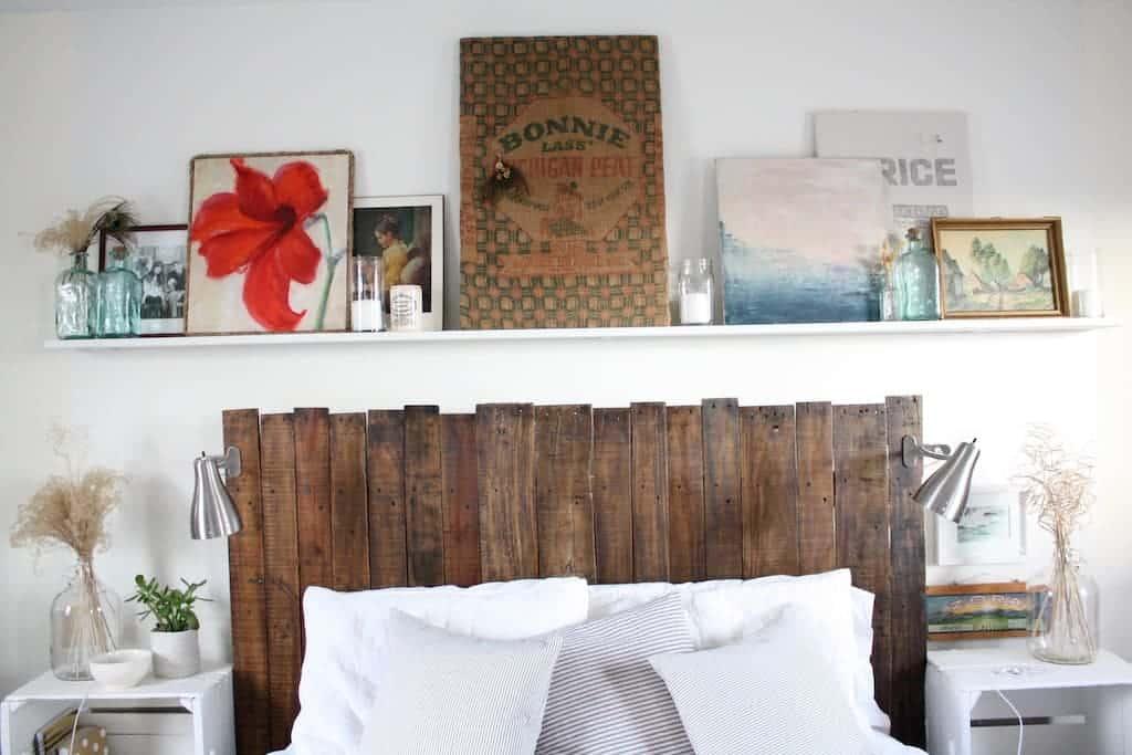 A cabeceira com madeira escura se destaca na parede branca
