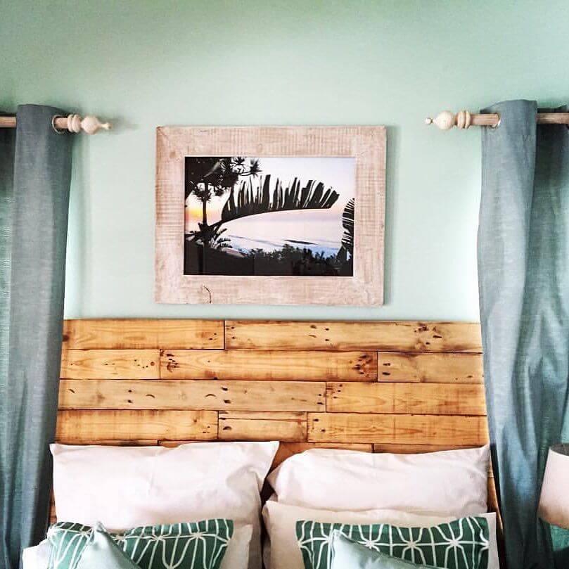 As cortinas delimitam a cabeceira da cama