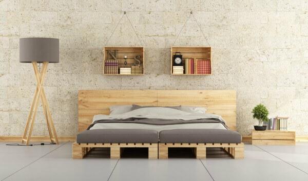 Caixotes de madeira podem ser pendurados na parede servindo de prateleiras