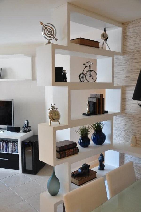 Os nichos para sala dividem os ambientes integrados da casa