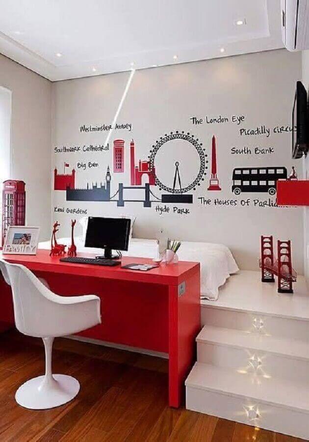 bancada vermelha para cantinho de estudo no quarto planejado branco e vermelho  Foto We Heart It