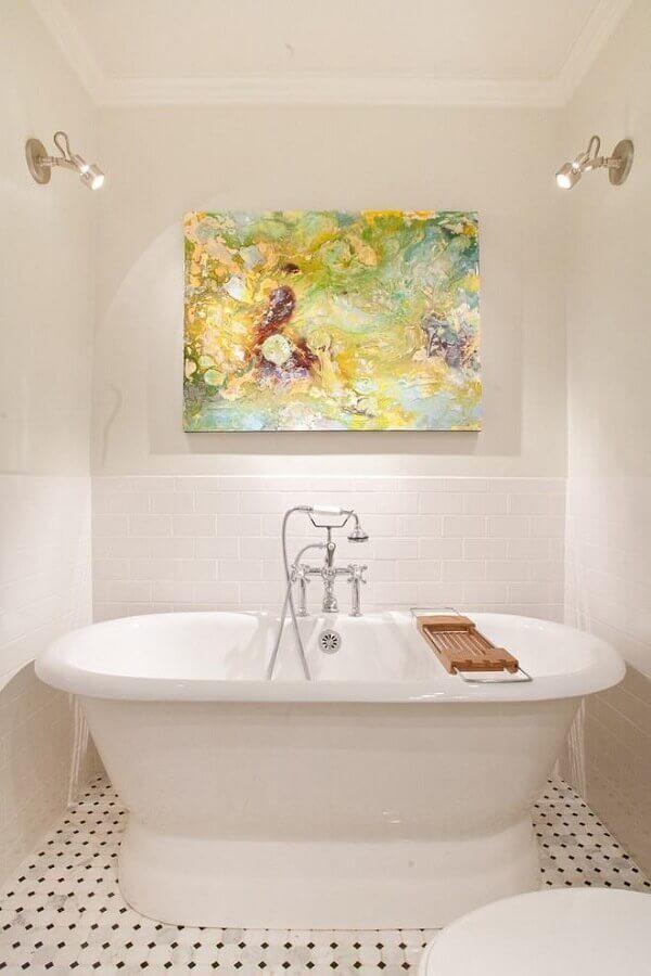 banheiro decorado com quadro abstrato colorido  Foto Futurist Architecture