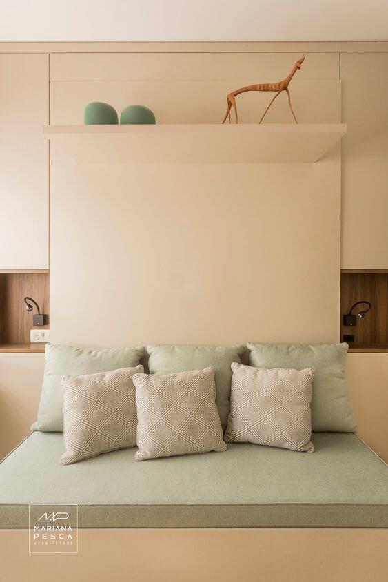 Cama retrátil com móveis planejados no quarto de casal